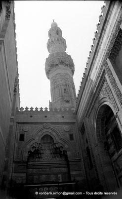 [NB072-1973-42] Le Caire - Mosquée Al-Azhar : Minaret visible depuis l'intérieur de la Porte des barbiers