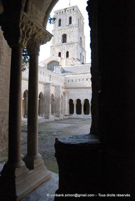 [NU001i-2018-0076] 13 - Arles - Saint-Trophime - Cloître : 13 - Arles - Saint-Trophime - Cloître : Depuis la galerie Sud, vue sur le clocher et l'angle extérieur des galeries Nord et Ouest