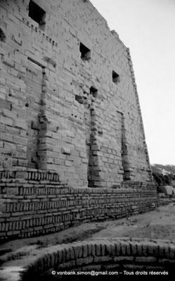 [NB077-1973-20] Karnak - Parvis du Temple : Vue partielle du môle Sud du premier pylône avec ses niches accueillant des mâts à oriflammes