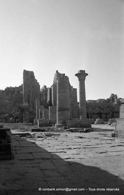 [NB077-1973-46] Karnak - Grande cour : Kiosque de Taharqa - En arrière-plan, Porte du deuxième pylône