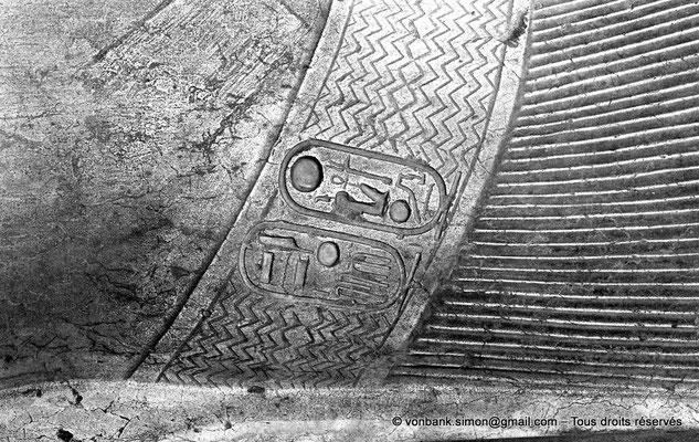 [NB085-1981-07] Memphis : Statue colossale de Ramsès II (détail : cartouches du Roi)