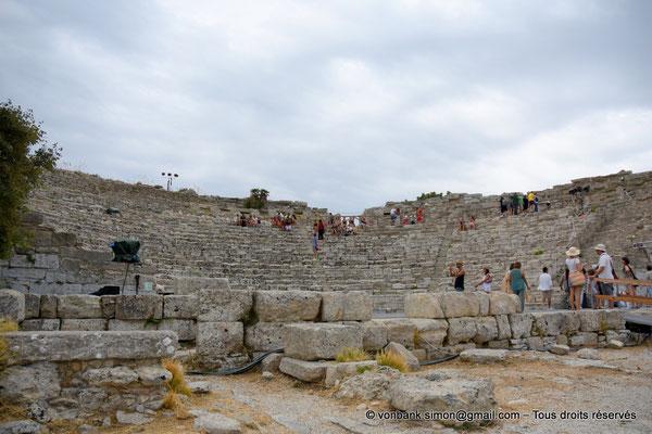 [NU906-2019-1321] Ségeste - Théâtre : Soubassement du mur de scène et partie inférieure de la cavea (vue prise depuis le Nord-Est)