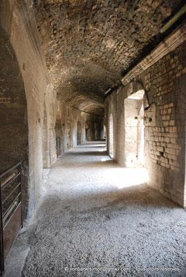 [NU001k-2018-0028] Arles (Arelate) - Amphithéâtre : Circulation sous les gradins