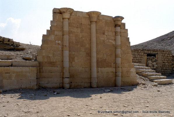 [067-1981-09] Saqqara - Djoser : Colonnes papyriformes de la Maison du Nord