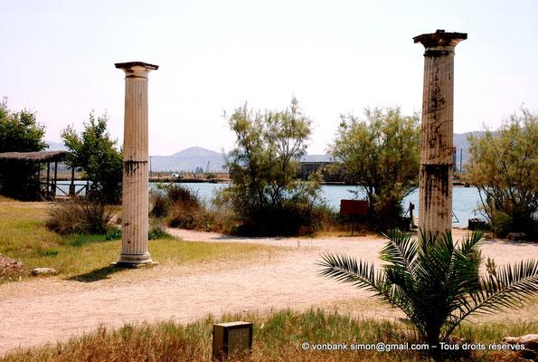 """[NU902-2010-077] Butrint (Buthrotum) : Colonnes de l'entrée du site archéologique - en arrière-plan, la forteresse """"triangulaire"""" vénitienne"""