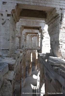 [NU001k-2018-0020] Arles (Arelate) - Amphithéâtre : Depuis le promenoir supérieur, vue sur l'une de ses dalles ainsi que sur la galerie extérieure du rez-de-chaussée