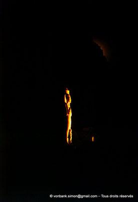[081-1973-19] Karnak - Son et lumière : Grande cour - Statue de Ramsès II usurpée par Pinedjem