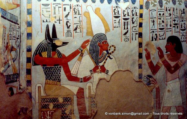 [065-1981-30] TT 96B - Sennefer : Sennefer, mains levées, adorant Osiris et Anubis (chambre funéraire)