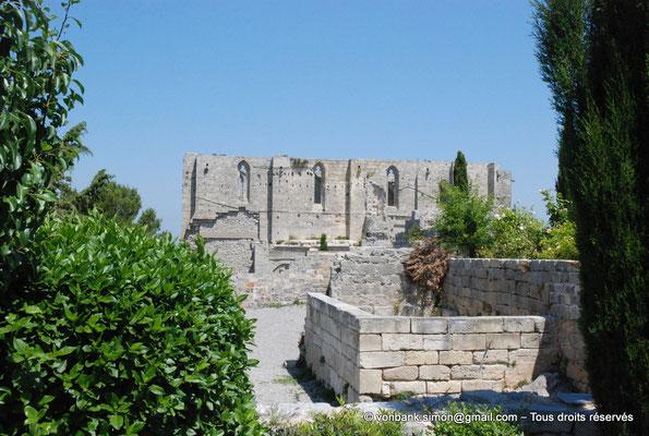 [NU001-2017-512] 34 - Gigean - Saint-Félix de Montceau : Depuis le jardin des moniales, vue sur la façade Sud de l'abbatiale