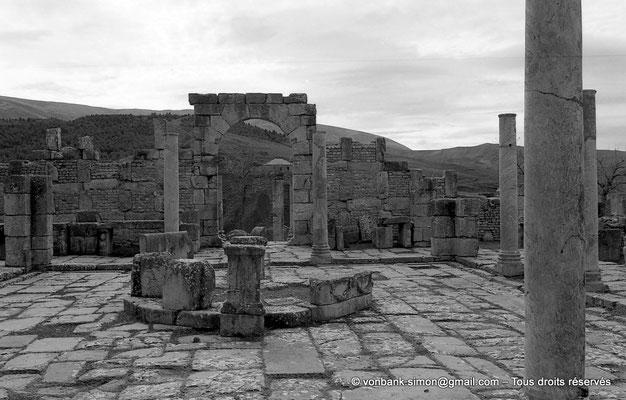 [NB059-1978-25] Djemila (Cuicul) : Marché de Cosinius - Tholus - en arrière-plan, étals et porte d'accès au marché