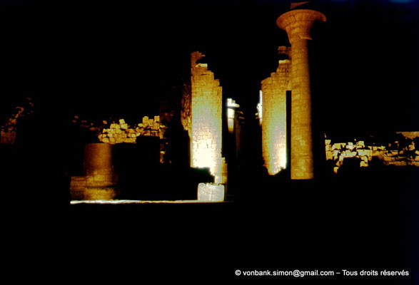 [081-1973-16] Karnak - Son et lumière : Grande cour - Colonne de Taharqa - En arrière-plan, la Porte de la salle hypostyle