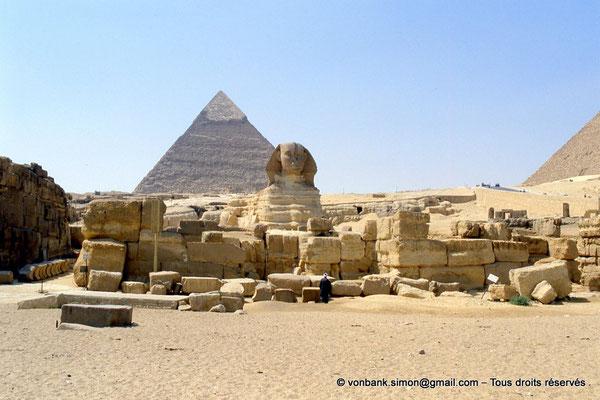 [068-1981-03] Gizeh - Grand sphinx : En avant, les ruines du temple - En arrière-plan, la pyramide de Khéphren