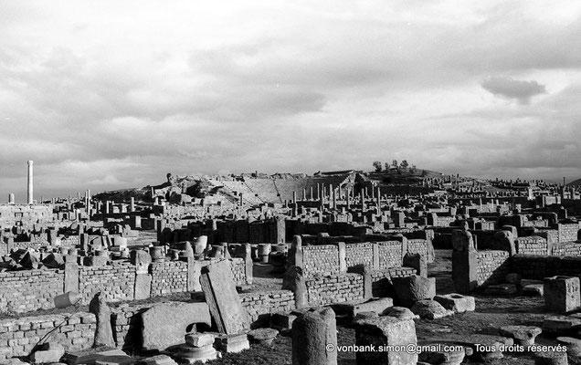 [NB026-1978-53] Timgad (Thamugadi) : Vue d'ensemble du Théâtre depuis le quartier de Sertius