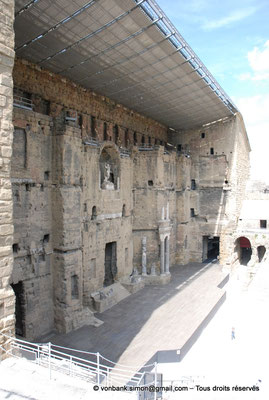 [NU001e-2018-0035] Orange (Arausio) : Théâtre - Mur de scène vu depuis l'Ouest de la cavea