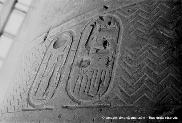 [080-1973-20] Memphis : Statue colossale de Ramsès II (détail : cartouches du Roi)