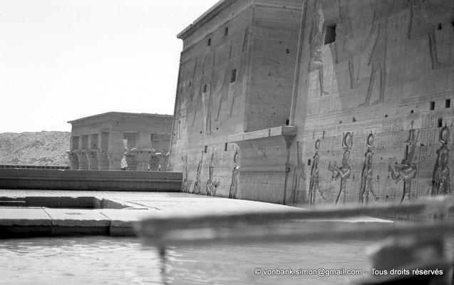 [NB076-1973-45] Philae : Temple d'Isis - Toit du Mammisi (au ras de l'eau), Kiosque de Trajan, Pylône 1