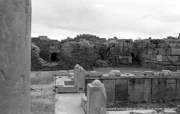 [NB037-1978-02] Timgad (Thamugadi) : Intérieur du fort - Piscine et son trop plein - En arrière-plan, petits thermes de l'Etat-major d'origine byzantine