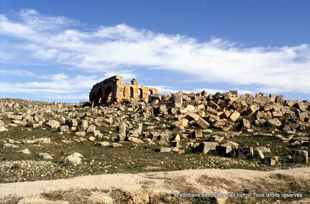 [006-1983-36] Henchir Mdeïna (Althiburos) : Théâtre - Au premier plan, ruines du bastion byzantin construit sur le théâtre