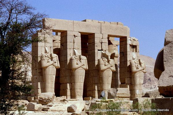 [069-1981-52] Ramesseum : Piliers osiriaques représentant Ramsès II gainé dans un suaire sous l'aspect momiforme d'Osiris