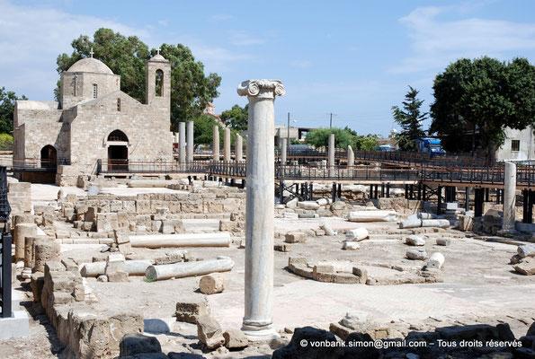 [NU900-2012-089] Paphos (Nea Paphos) : Ruines de la Basilique paléochrétienne Panayia Chrysopolitissa - en arrière-plan, l'Église Agia Kyriaki Chrysopolitissa