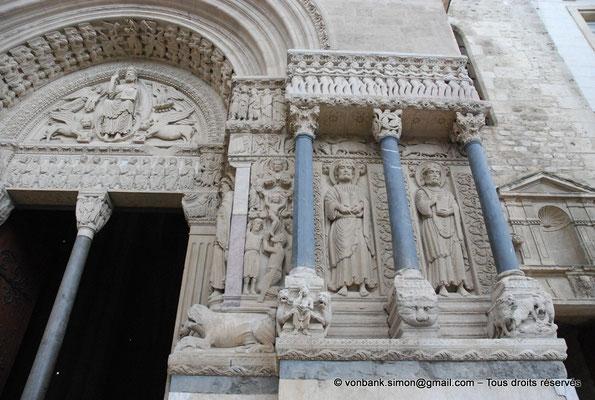 [NU001i-2018-0052] 13 - Arles - Saint-Trophime - Portail (XII°) : Martyre de Saint Étienne, Saint Jacques le Mineur et Saint Philippe (partie droite)