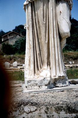 [RM_001-1960-20] Annaba (Hippo Regius) : Détail du drapé d'une statue romaine