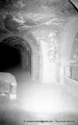 [NB085-1981-53] Saqqara - Serapeum : Couloir, creusé a même la roche, desservant les cavités des 24 sarcophages/cuves de granit dans lesquelles étaient inhumés les taureaux sacrés