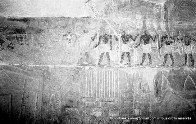 [NB085-1981-33] Saqqara - Mastaba de Mererouka : Des serviteurs apportent des produits divers ; un homme amène des offrandes, suivi par un coffre, puis par des vases dans un dressoir (Chambre A12, mur Sud)