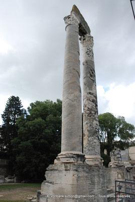 [NU001i-2018-0048] Arles (Arelate) - Théâtre : Les deux seules colonnes avec un morceau d'architrave du mur de scène encore visibles aujourd'hui