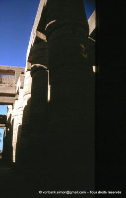 [089-1973-02] Karnak - Salle hypostyle : Allée transversale - En arrière-plan, la claustra (détail)