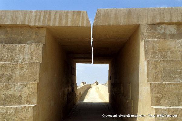[067-1981-20] Saqqara - Ounas : Partie restaurée de la chaussée d'Ounas - Dans le plafond dédoublé, étroite ouverture rectiligne en son centre qui apporte la lumière