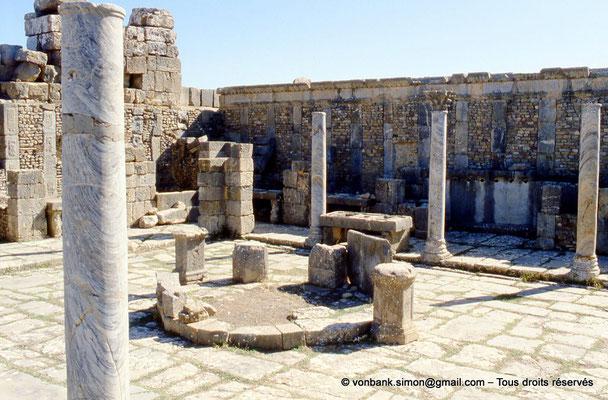 [001-1983-14] Djemila (Cuicul) : Marché de Cosinius - Tholus - en arrière plan, table de mesures et colonnade du portique