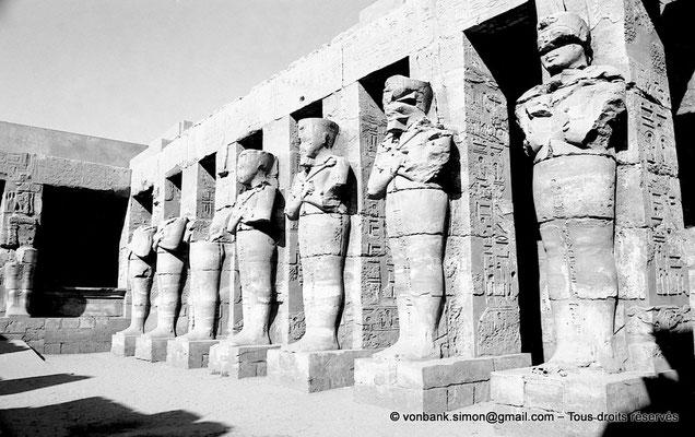 [NB077-1973-66] Karnak - Temple de Ramsès III : Côté droit de la cour, vue prise depuis l'entrée
