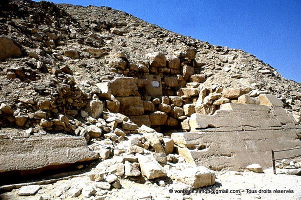[087-1973-21] Saqqara - Ounas : Face Ouest de la pyramide d'Ounas avec une partie de son revêtement