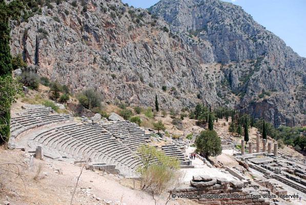 [NU901-2008-0169] GR - Delphes - Théâtre : Orchestra et Cavea (vue partielle) - en bas, le temple d'Apollon - en arrière-plan, le mont Parnasse