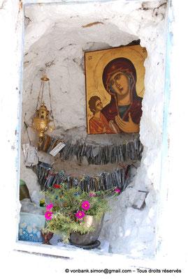 [NU900x-2013-0119] Crète - Chrysoskalítissa : Icône Byzantine de la Vierge Marie, Porte du Ciel, logée dans une cavité de la falaise, située le long de l'escalier d'accès au monastère