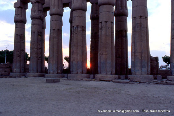 [068-1981-34] Louxor - Temple d'Amon-Rê : Double rangée de colonnes papyriformes fasciculées et cannelées (Aménophis III)