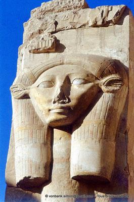 [080-1973-10] Deir el-Bahari : Temple d'Hatchepsout - Chapiteau hathorique (chapelle d'Hathor)