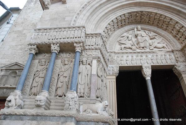[NU001i-2018-0051] 13 - Arles - Saint-Trophime - Portail (XII°) : Saint Barthélemy, Saint Jacques le Majeur et Saint Trophime ((partie gauche)