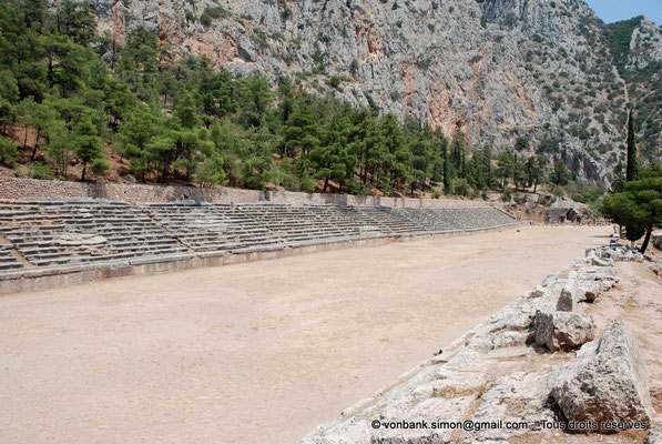 [NU901-2008-0176] GR - Delphes - Stade : Il semble qu'en largeur il ait été possible de donner le départ à dix-sept ou dix-huit coureurs