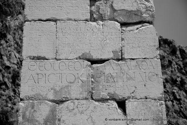 [NU901-2008-0186] GR - Delphes - Temple d'Apollon : Inscriptions du pilier de Prusias de Bithynie (face Ouest)