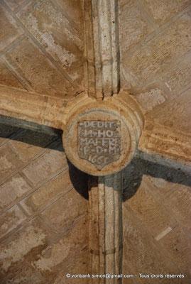 """[NU001-2017-587] 34 - Villeveyrac - Valmagne : Réfectoire - clé de voûte avec l'inscription """"Dedit N.DO MAFFRE P(rieur) - D(es) - M(oines) 1165"""""""