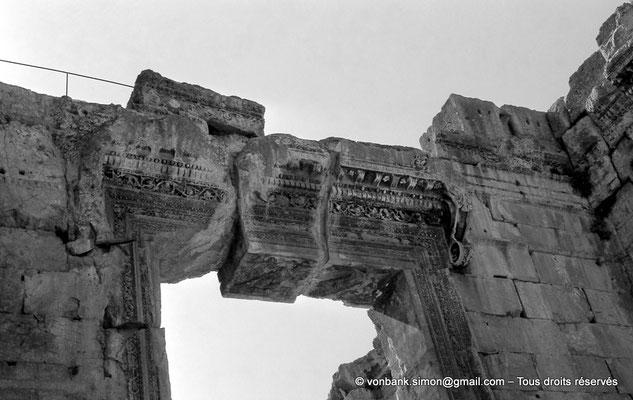 [NB071-1973-09] Baalbek : Temple de Bacchus - Linteau de la porte d'entrée du pronaos