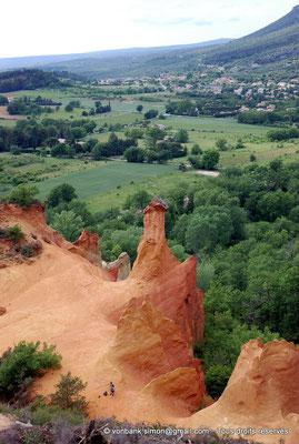 [NU002e-2016-0308] F - 84 - Rustrel - Colorado : Cheminées des fées
