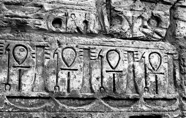 [NB077-1973-68] Karnak - Temple de Ramsès III : Détail du montant droit de la porte du premier pylône