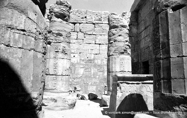 [NB078-1973-10] Karnak - Temple de Khonsou : Salle des offrandes - Reposoir de la barque et colonnes protodoriques