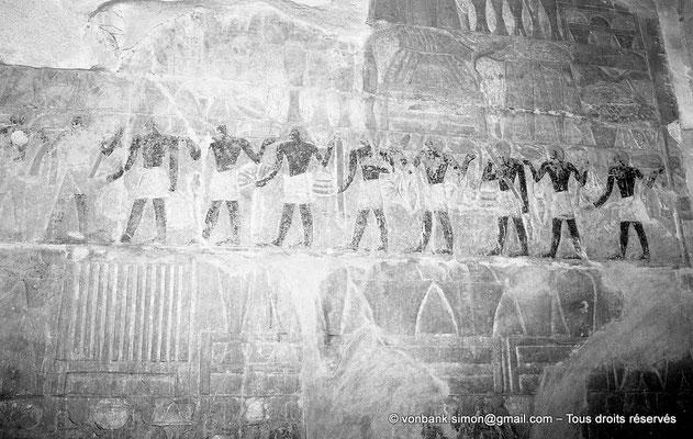[NB085-1981-35] Saqqara - Mastaba de Mererouka : Des serviteurs apportent des produits divers ; un homme amène des offrandes, suivi par un coffre, puis par des vases dans un dressoir (Chambre A12, mur Sud)