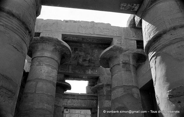 [NB070-1973-72] Karnak - Temple de Khonsou : Salle hypostyle - Nef centrale composée de 4 colonnes campaniformes - Bas-côtés : Les architraves sont posées sur des colonnes papyriformes plus petites