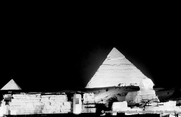 [NB081-1973-32] Gizeh - Son et lumière : Les pyramides de Mikérinos et Khéphren - En avant-plan, le grand sphinx