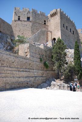 [NU901-2009-0144] Lindos (Rhodes) : Esacalier Nord d'accès à l'Acropole - Château byzantin restauré et fortifié en 1317 par les Chevaliers de Saint-Jean